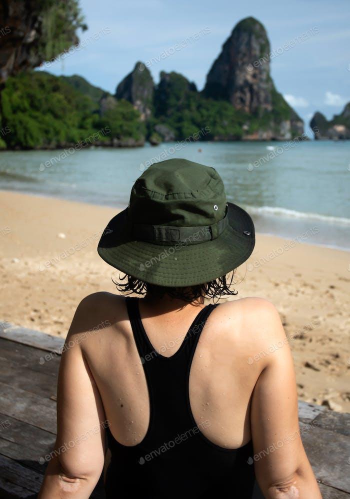 Sommerurlaubskonzept mit junger Frau am Strand entspannen,