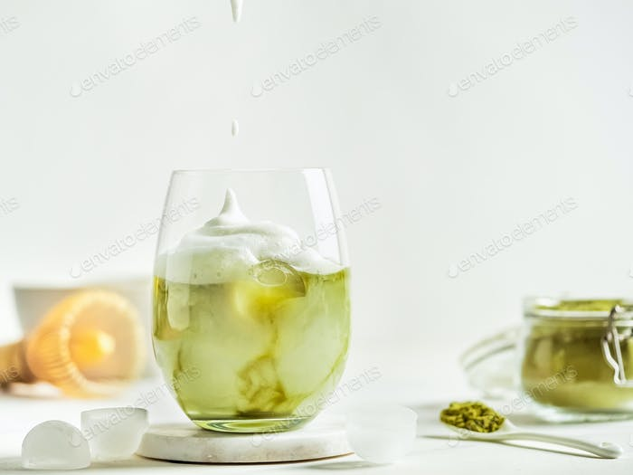 Iced Matcha Latte Tee mit Schlagsahne