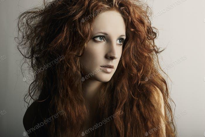 Mode-Porträt einer jungen schönen rothaarigen Frau