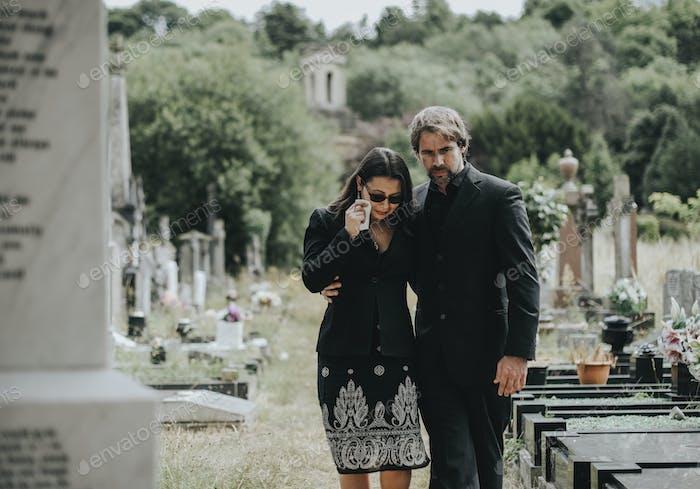 Mann versucht, seine Frau aufgrund ihres Verlustes zu trösten