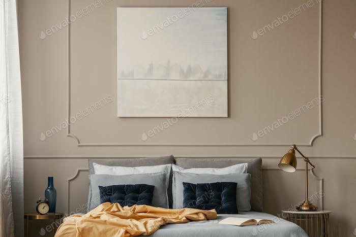 Pastellblaue Malerei auf graue Wand des trendigen Schlafzimmers Interieur