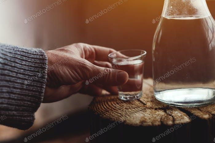 Mann, der starke Alkoholgetränk trinkt