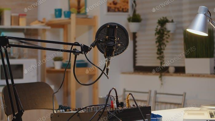 Podcast-Mikrofon und Mixer