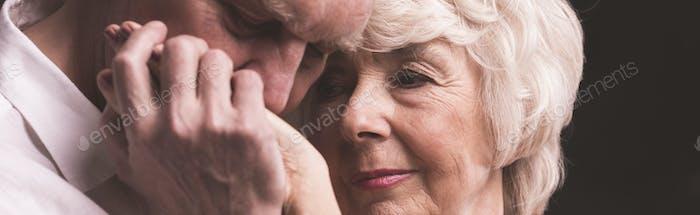 Älterer Mann küssen Frau Hand
