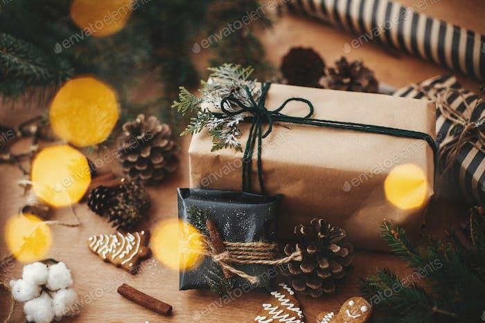 Frohe Weihnachten. Stilvolle rustikale Weihnachtsgeschenke mit Zedernzweigen