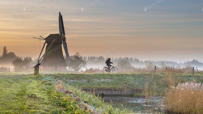 Radfahrer in der frühen Morgenlandschaft