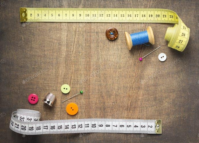 Nähwerkzeuge und Zubehör auf Holztisch