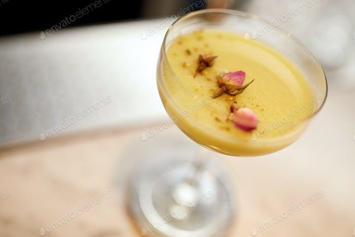 Glas Cocktail an der Bar oder im Restaurant