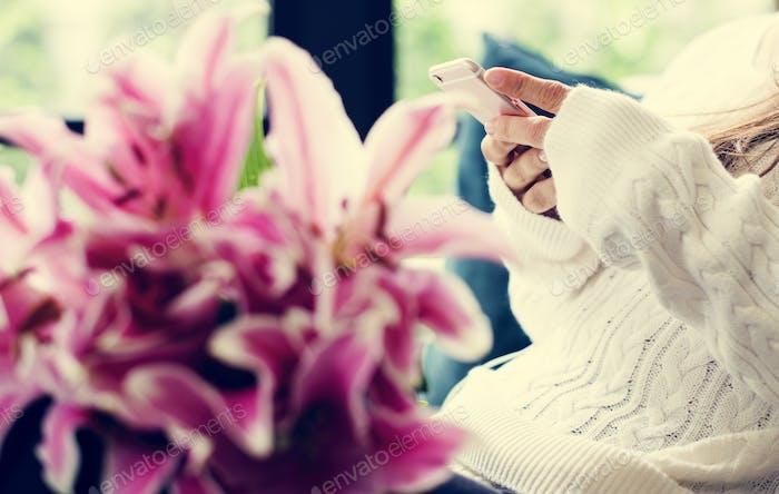 Frau mit Lilie Blumenstrauß