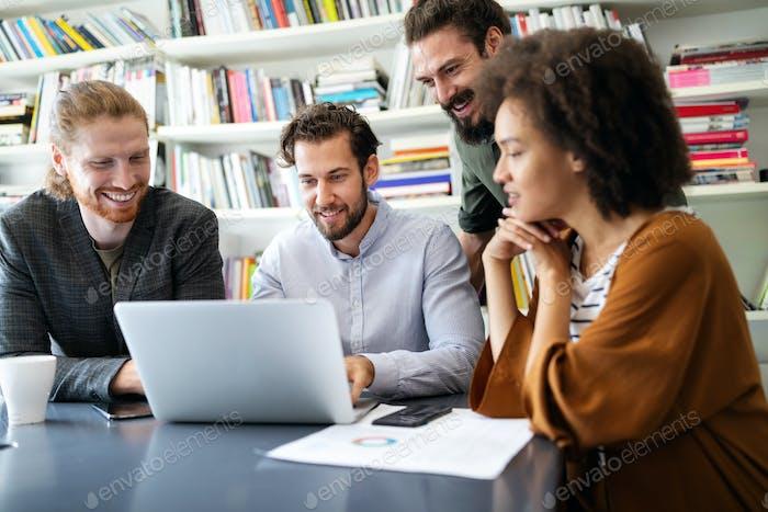 Fröhliche Mitarbeiter im Büro während der Firmensitzung