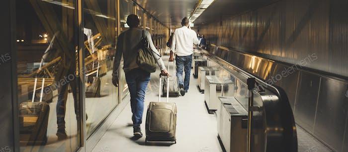 Eine Menge von Männern und Frauen innerhalb des Flughafentors zieht um zu starten oder ist gerade angekommen