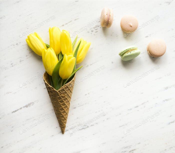 Tulipanes en cono de Hielo sobre Fondo de mármol