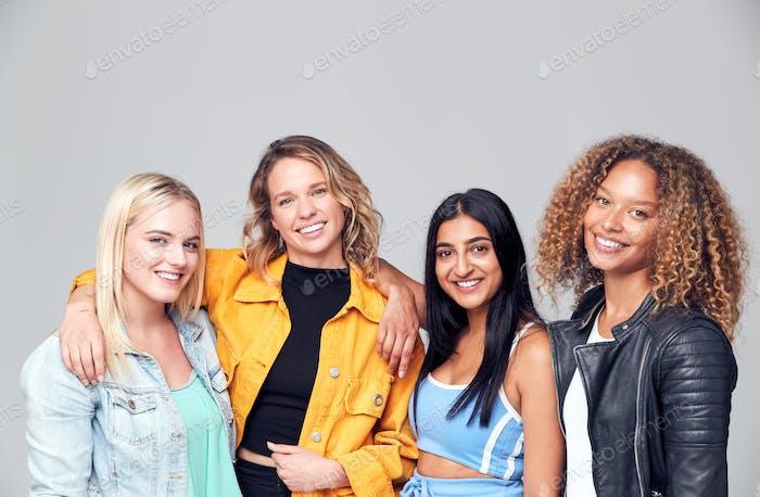 Gruppenstudio Porträt von multikulturellen weiblichen Freunden lächelnd in die Kamera zusammen