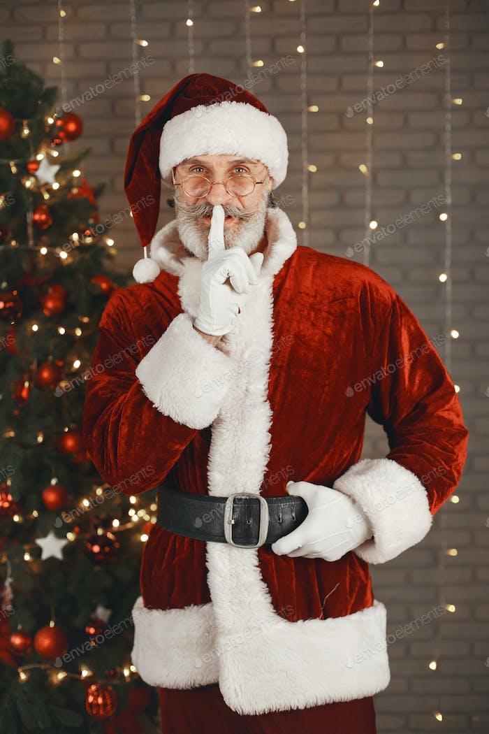 Mann im Weihnachtsmann-Kostüm blickt in die Kamera