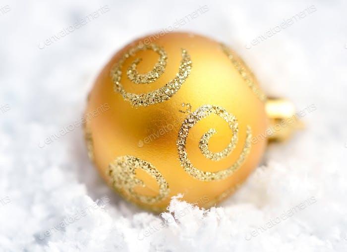 Weihnachtskugel auf Schnee. Nahaufnahme