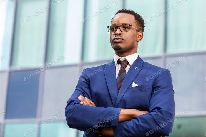 Outdoor stehend Porträt eines schwarzen Afroamerikaner Business m