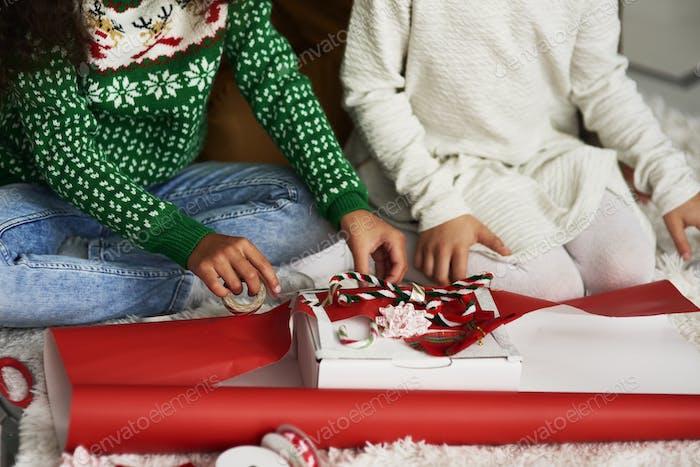 Nahaufnahme von Mädchen Verpackung Geschenke für Weihnachten