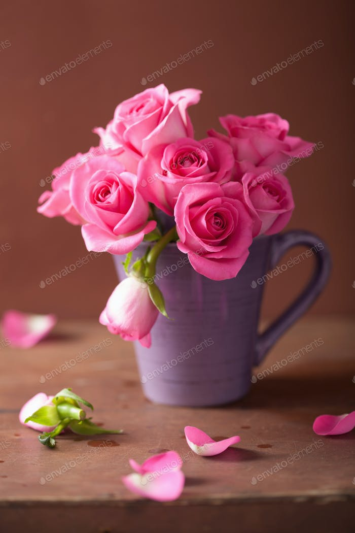 beautiful pink roses bouquet in vase