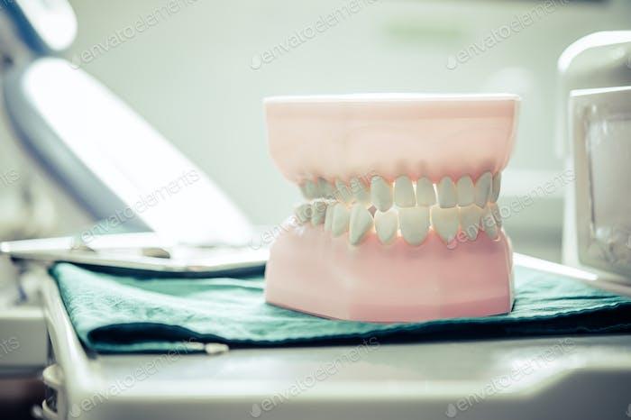 Zahnersatz, der auf einen Tisch im Labor gestellt wird