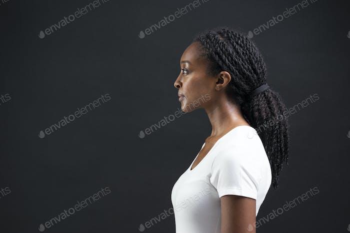 Frau berührt Halbprofil