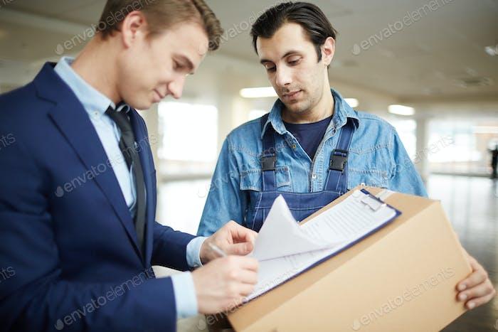 Unterzeichnung von Lieferpapieren
