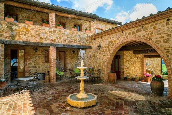 Schöne Äußere einer alten Villa in der Toskana