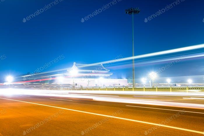 Licht-Wege auf Platz in Peking