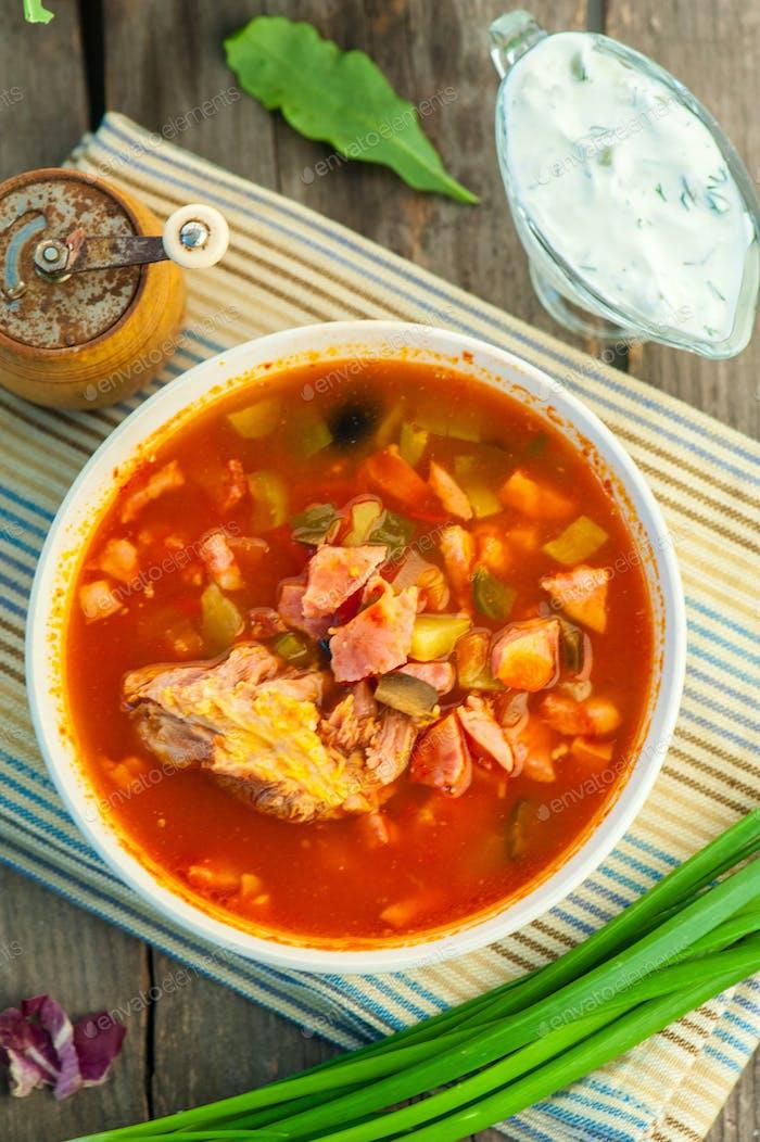 Suppe mit Fleisch Ameise Tomaten Soljanka