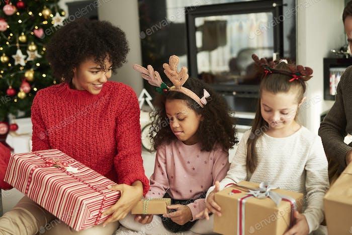 Glückliche Familie während der Weihnachtszeit