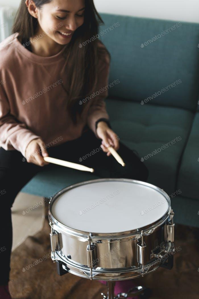 Weiße Frau spielt Trommel