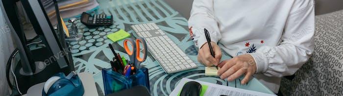 Женщина, работающая с компьютером из дома