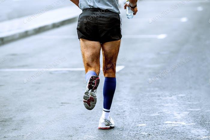zurück Sportler Läufer im Handwasser
