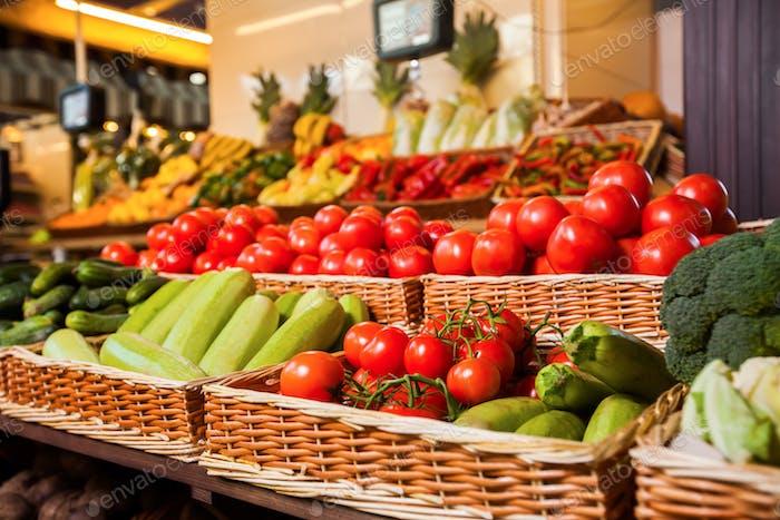 Greengrocery mit frischem Obst und Gemüse.