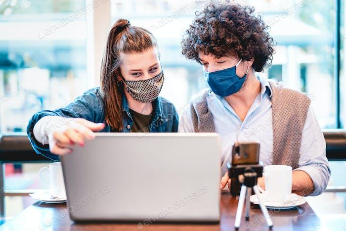 Junge Milenial Influencer teilen kreative Inhalte mit Facemask