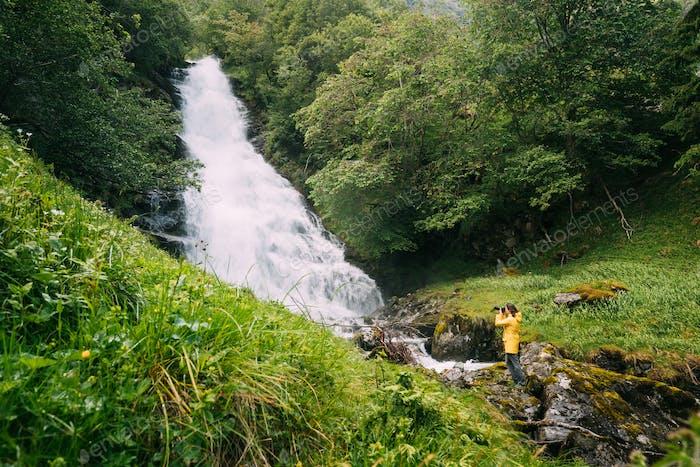 Gudvangen-Naeroyfjorden, Norwegen. Wasserfall Tuftofossen Im Frühling