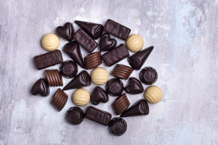 verschiedene Schokoladenpralinen isoliert auf Steinhintergrund