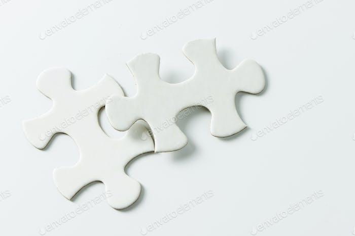 Zwei weiße Puzzleteile