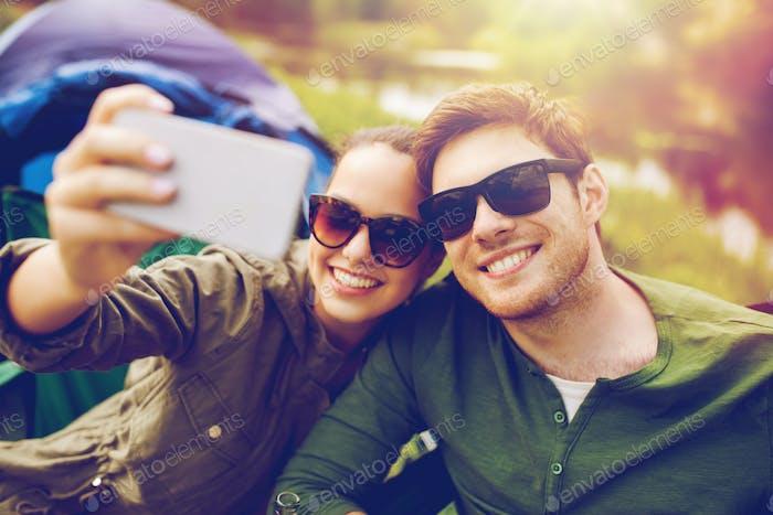 paar Reisende mit selfie per Smartphone