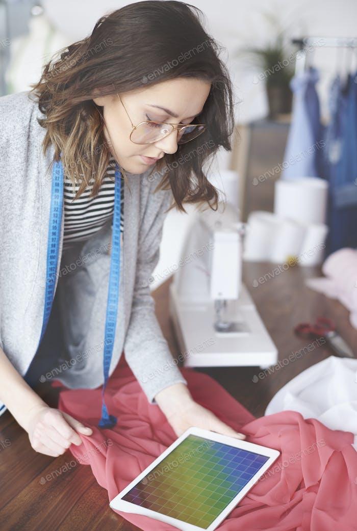 Schöne Modedesigner Surfen auf PC-Tablet