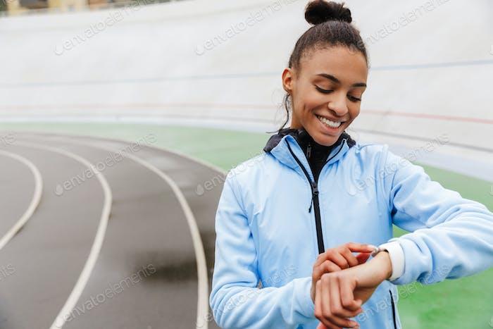 Attraktive junge afrikanische Sportlerin ruht nach dem Laufen