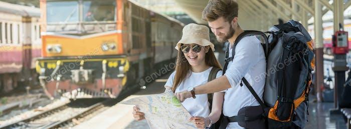 Banner y página web o Plantilla de portada de los viajeros multiétnicos están mirando el mapa