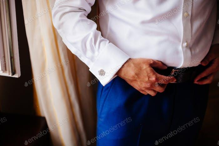 Mann tragen Manschettenknöpfe Nahaufnahme