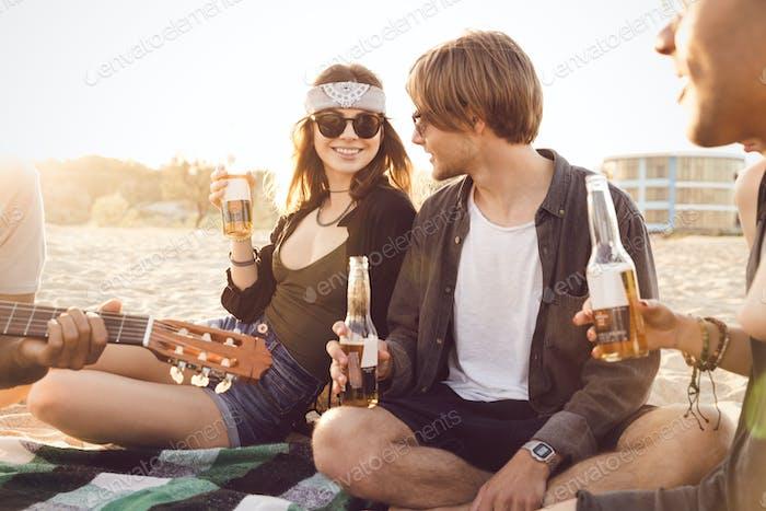 Gruppe von Freunden hängen mit Bier