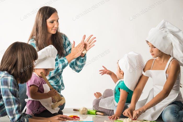 Charmante junge Mutter zeigt eine Meisterklasse