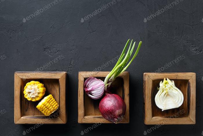 Diverse Kochzutaten in Holzkisten, Kopierraum