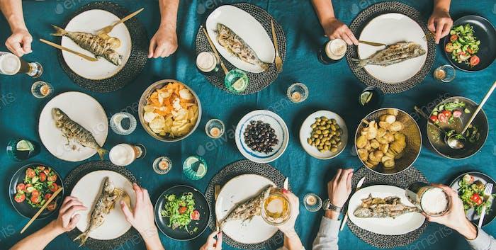 Fisch, Chips und Bierparty von Freunden essen und trinken