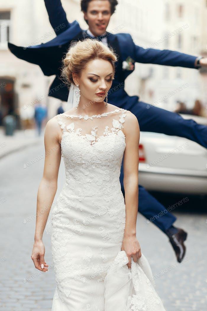 Happy fun Bräutigam springen im hintergrund