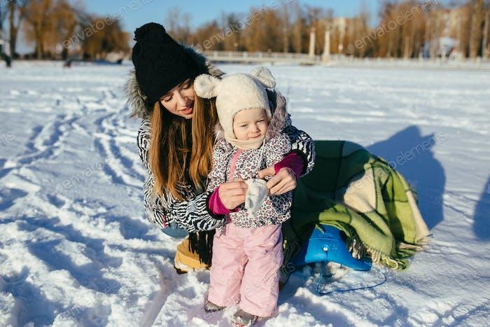 Mutter und Tochter im Winter im Freien