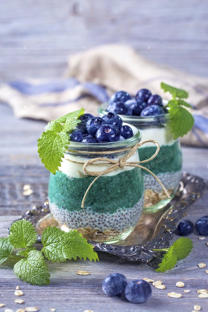 Chia seeds with spirulina pudding