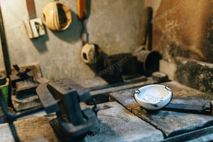 Herramientas de joyería en un horno